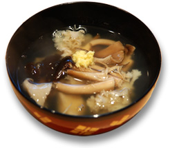 椀・・・きのこ汁、おろし生姜、茶樹茸、はなびら茸、あわび茸