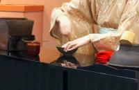 【茶道資料館(ちゃどうしりょうかん)】立礼式のお茶席でお抹茶を一服。お茶碗やお菓子に秘められた展覧会との関係とは?!