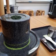 【福寿園 宇治茶工房】お茶に関するさまざまな学びを得られるスポットで『石臼で抹茶づくり』にチャレンジ!