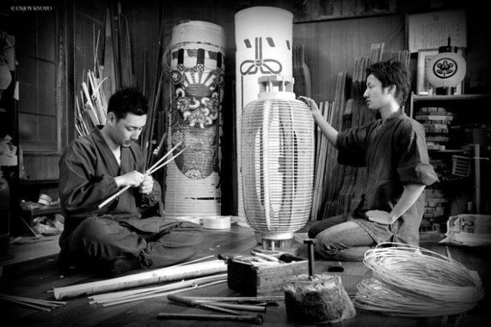 京都マナビアイ[今熊野/提灯作り] 京提灯の魅力を発信しつづける小菱屋忠兵衛で、提灯職人と同じ作業での本格的提灯作り体験