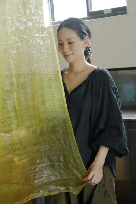京都マナビアイ[伏見/染める] 六代目と染司よしおかの工房で、染色の話と「写経用紙」を黄檗で染める