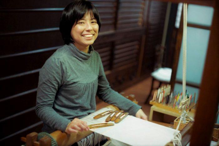 京都マナビアイ[西陣/町屋で織る] 築120年明治生まれのリノベ町家で、職人と一緒につづれ織体験