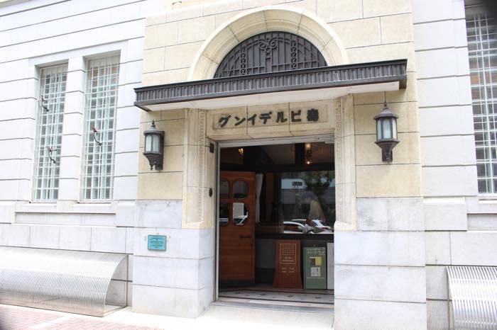昭和初期に建てられた寿ビルディング。右から左へ並ぶ文字も風情がある。