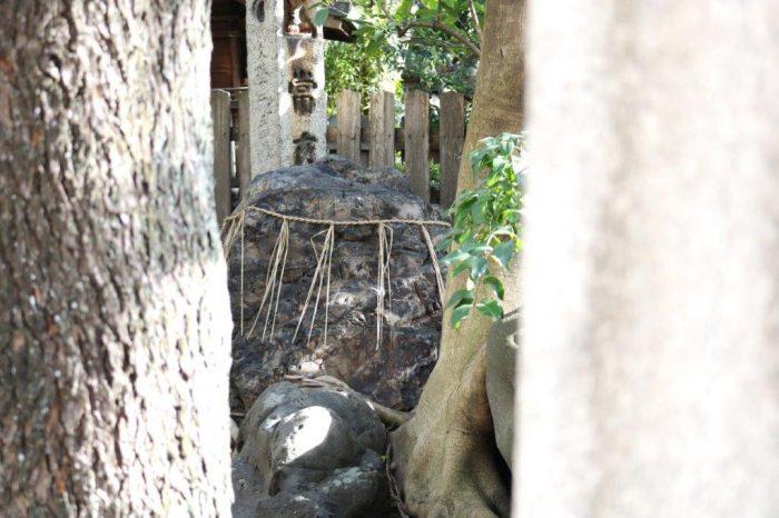 北側の鳥居の横にある「御供石」
