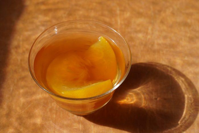 ▲普段はデザートやお料理を入れるガラスの器に「はっさくトウキ茶」を。透明感がありつつ、少しどっしりとしたフォルムが〝春に飲む温かいお茶〟と合いますね