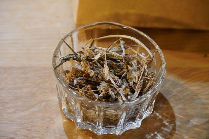 ▲乾燥トウキは、やかんや小鍋に水と共に入れて沸かし、弱火で5分ほど煮出します。お風呂に入れてもいいのだとか